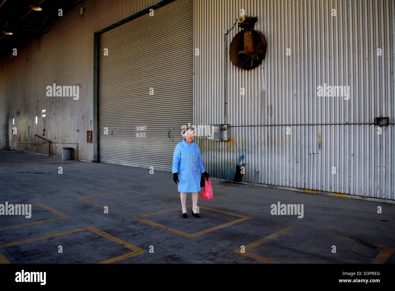 Donna in piedi da solo in colori luminosi Immagini Stock