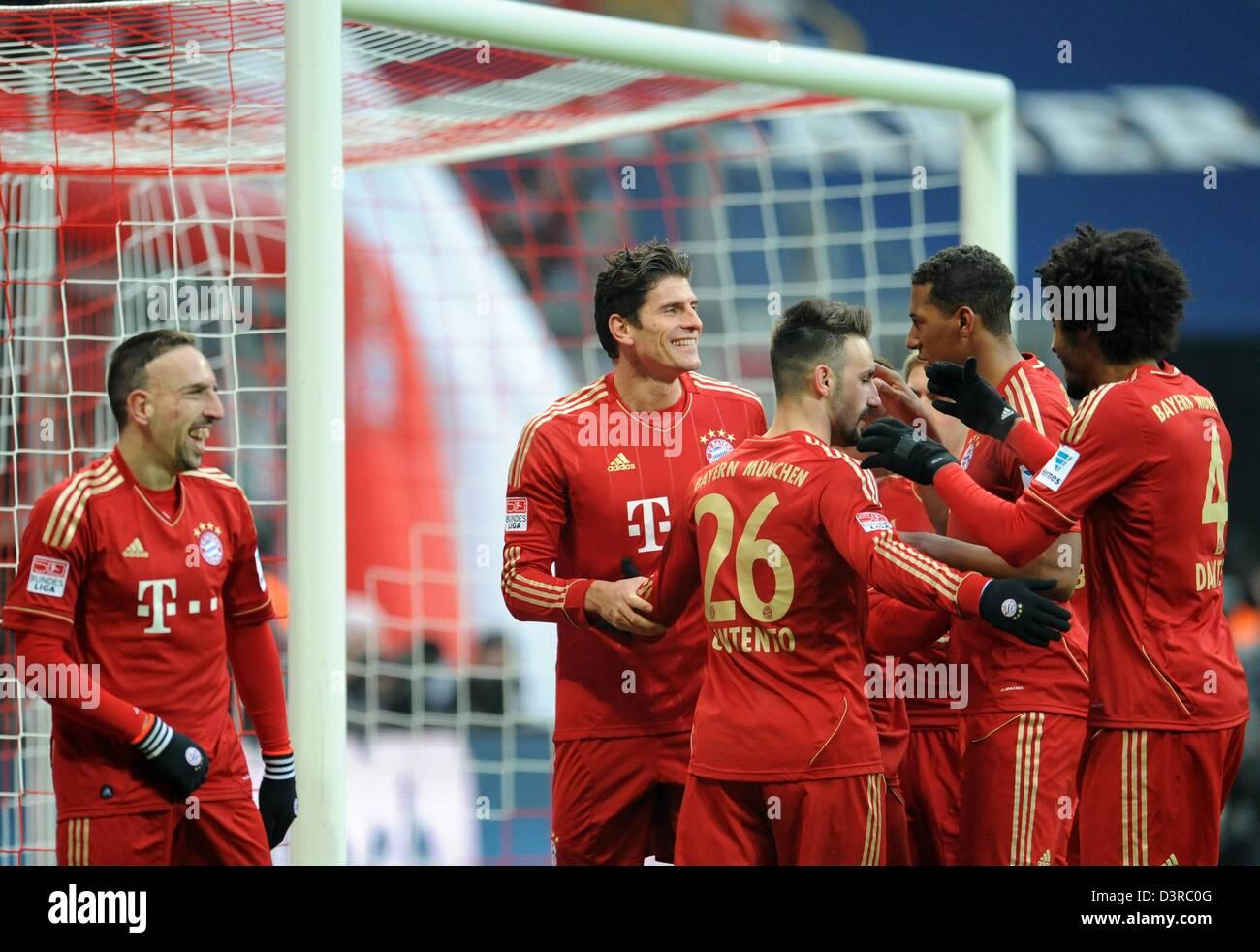 Monaco di Baviera Franck Ribery (L-R), Mario Gomez, Diego Contento, Jerome Boateng uand Dante celebrare il 4-0 obiettivo Immagini Stock