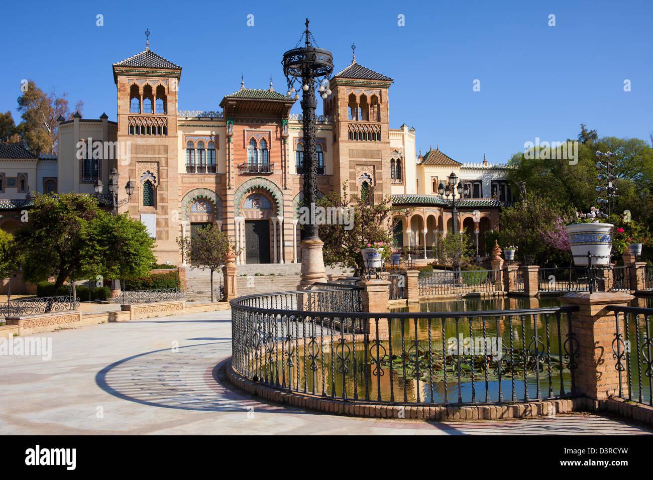Museo delle arti e tradizioni di Siviglia in stile mudejar Pavilion, il Parco Maria Luisa, Siviglia, Andalusia, Immagini Stock