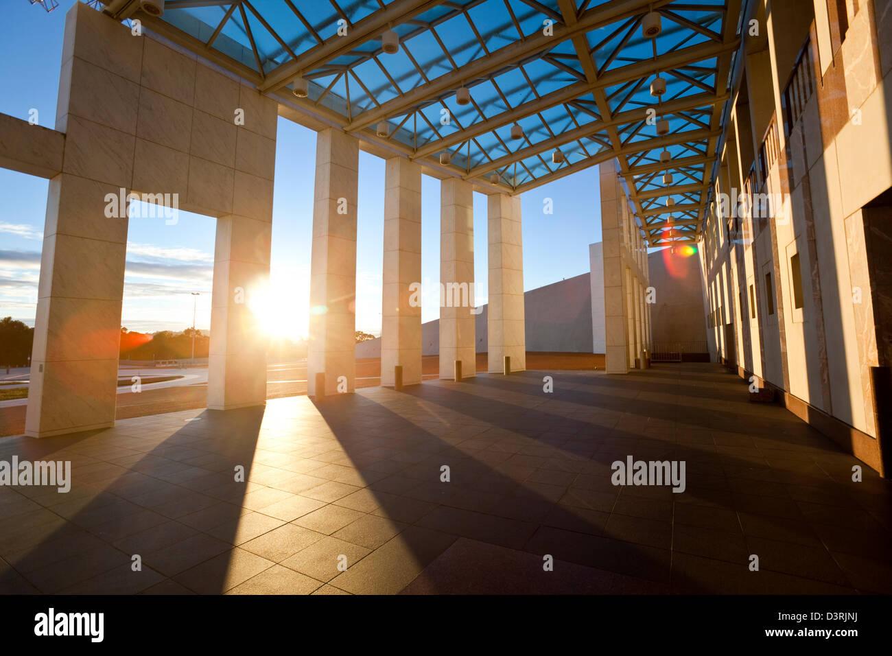 Bianca facciata in marmo del grande veranda al Parlamento. Canberra, Australian Capital Territory (ACT), Australia Immagini Stock