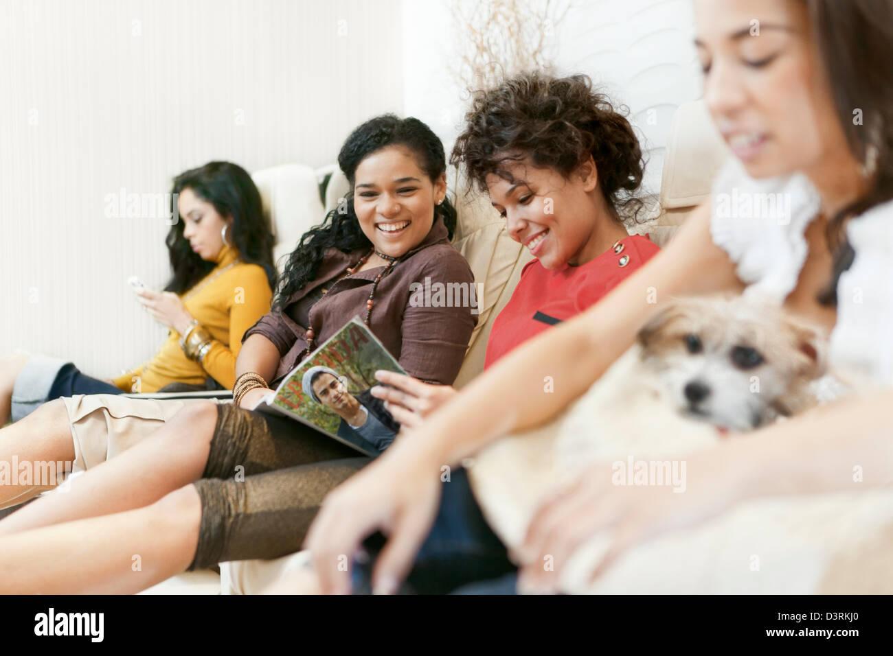 Ricca di latina e donne ispaniche avente pedicure in beauty spa. Nota:copertina fittizia, foto di me, rilascio allegate. Foto Stock