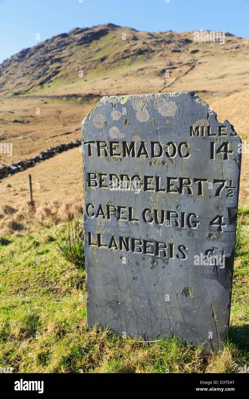 Vecchia ardesia pietra miliare che mostra la distanza in miglia imperiale a Nant Gwynant testa nel Parco Nazionale Immagini Stock