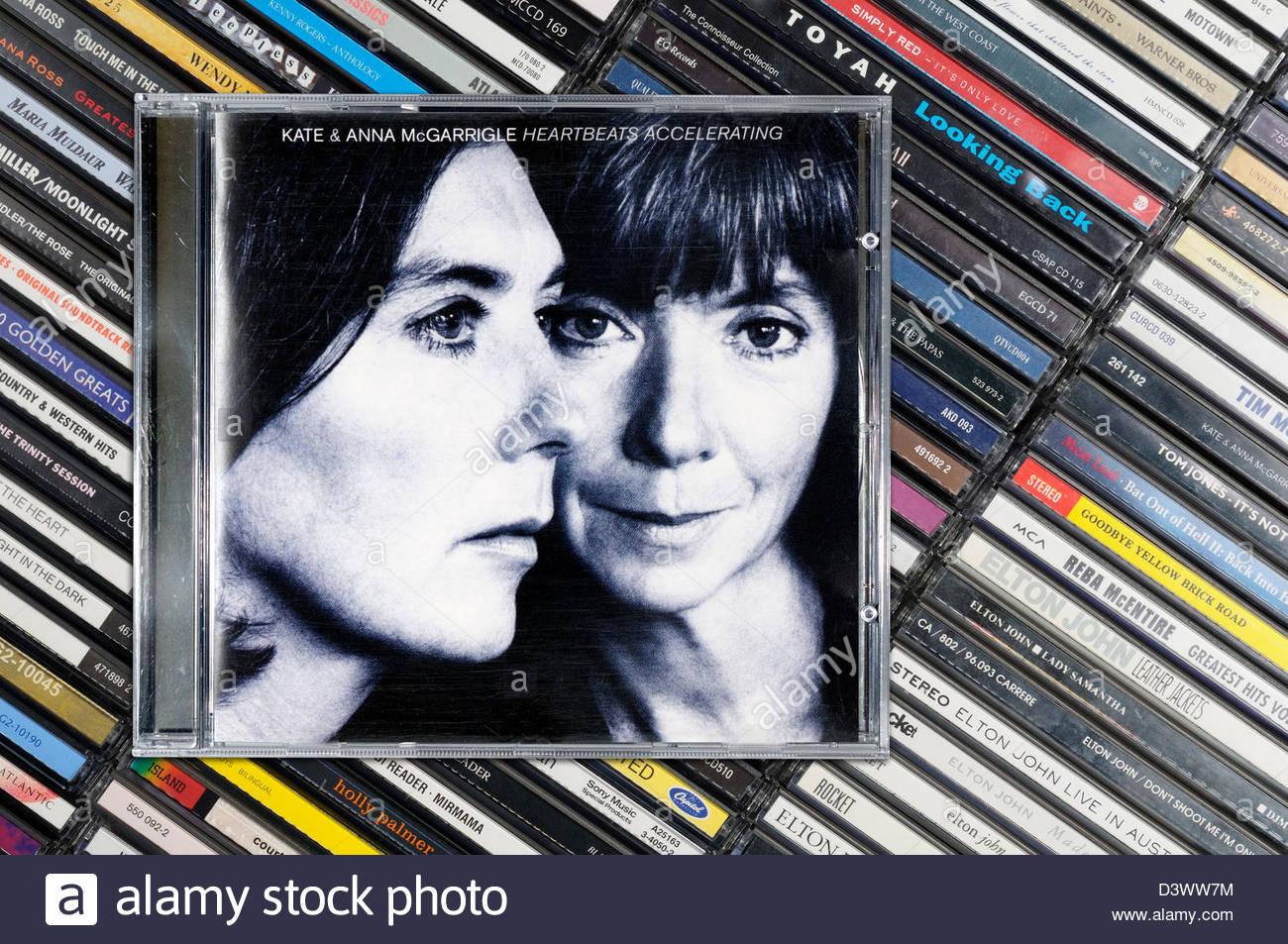 Kate e Anna McGarrigle album heartbeat accelerando, impilati CD musicale casi, Inghilterra Immagini Stock