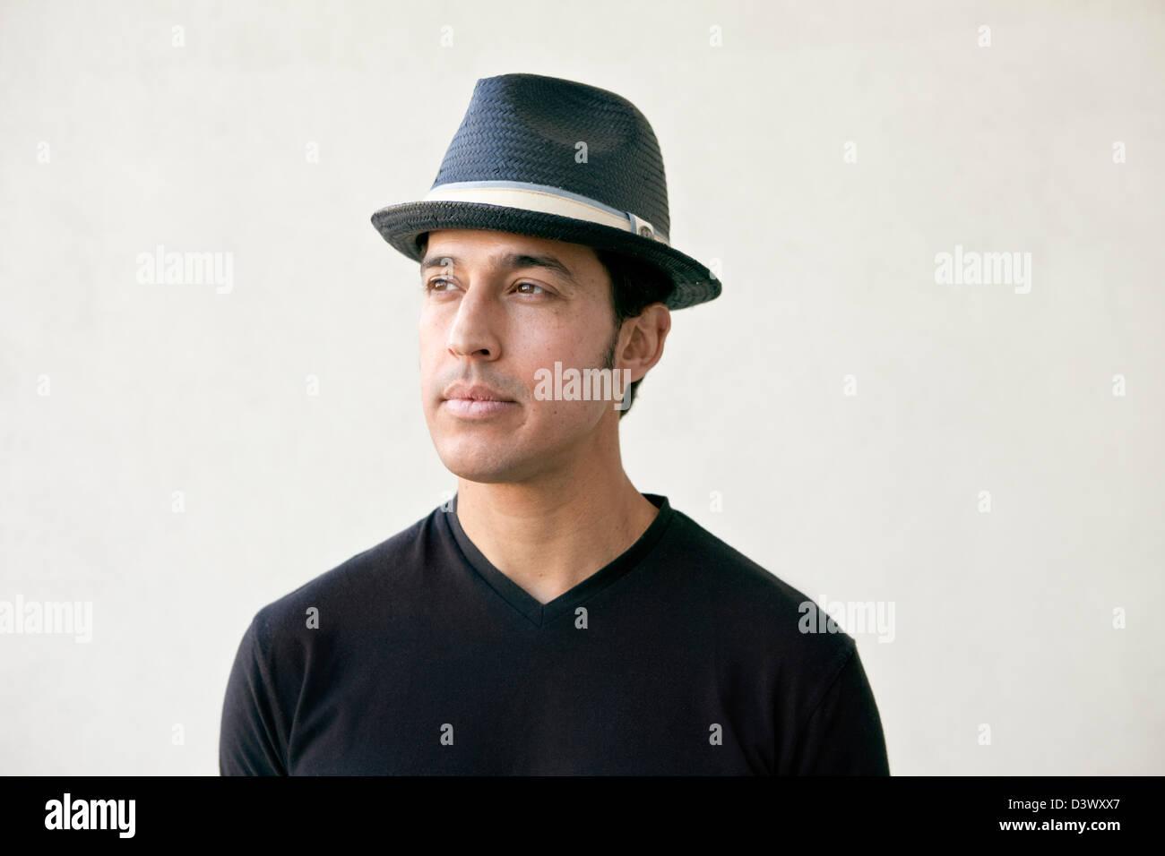 Ritratto di giovane adulto messicano-american maschio con un cappello Foto Stock