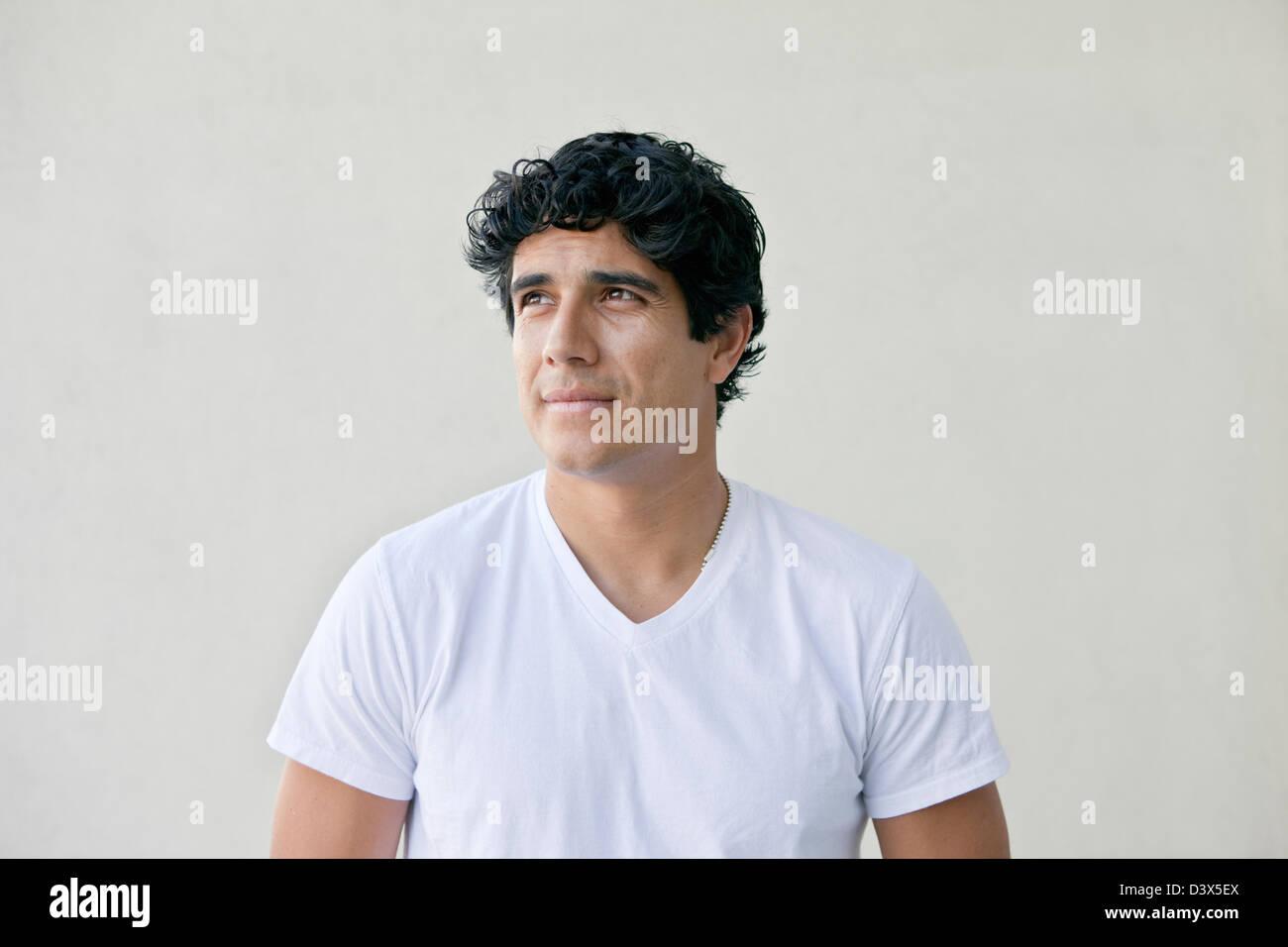 Pensando Ritratto di giovane adulto uomo Mexican-American Foto Stock