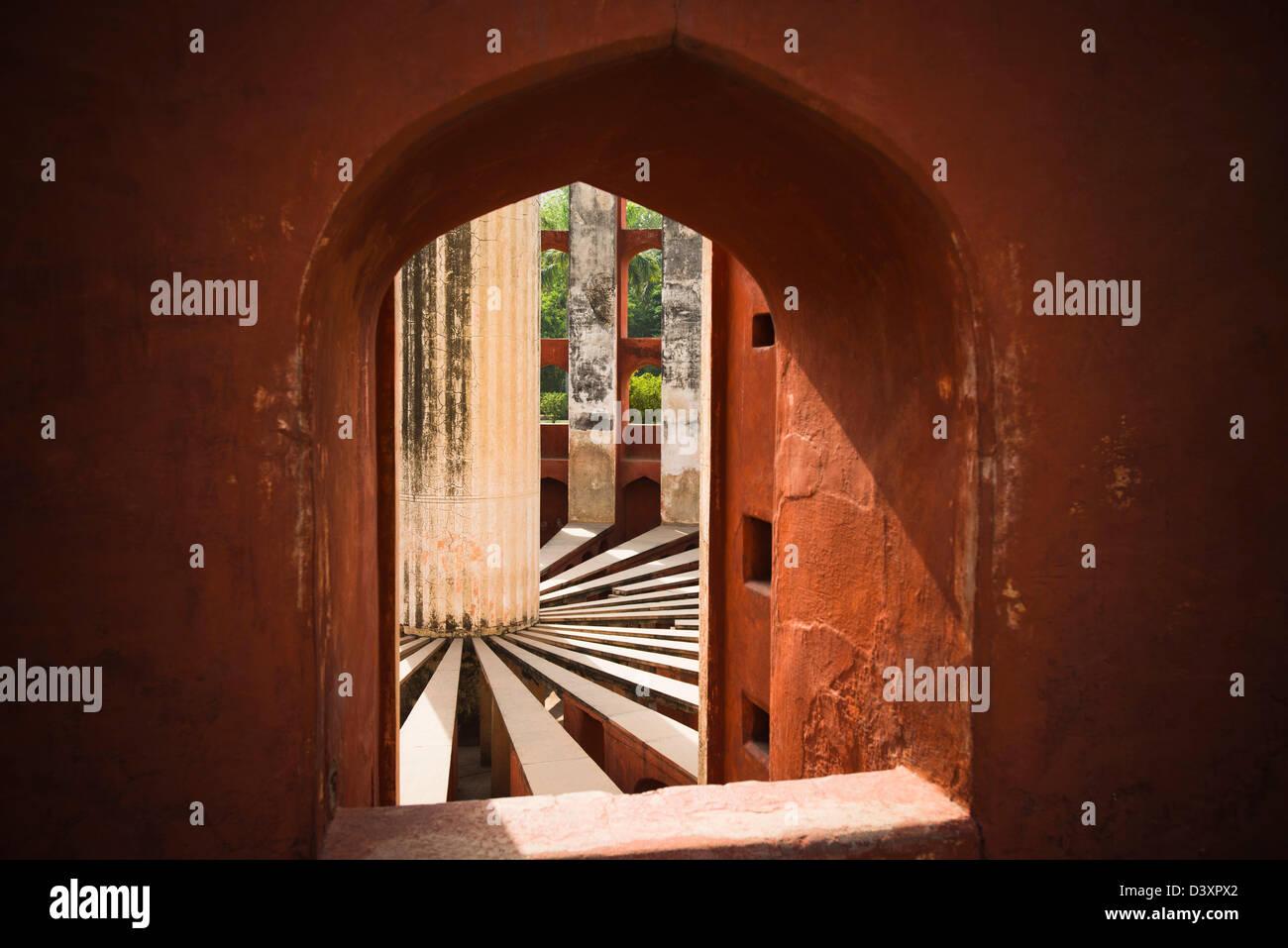 Gli interni di un osservatorio, Jantar Mantar, New Delhi, Delhi, India Immagini Stock