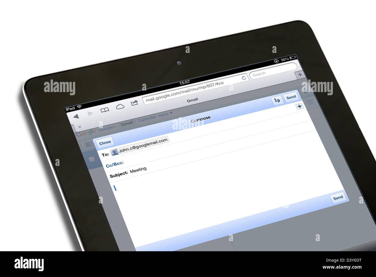 La composizione di un messaggio di posta elettronica con account Google Gmail su una quarta generazione di iPad, Immagini Stock