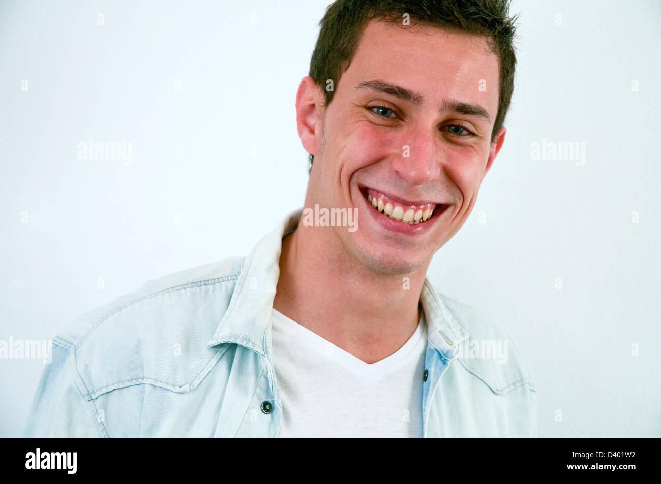 Ritratto di giovane uomo sorridente e guardando la telecamera. Chiudere la vista. Immagini Stock
