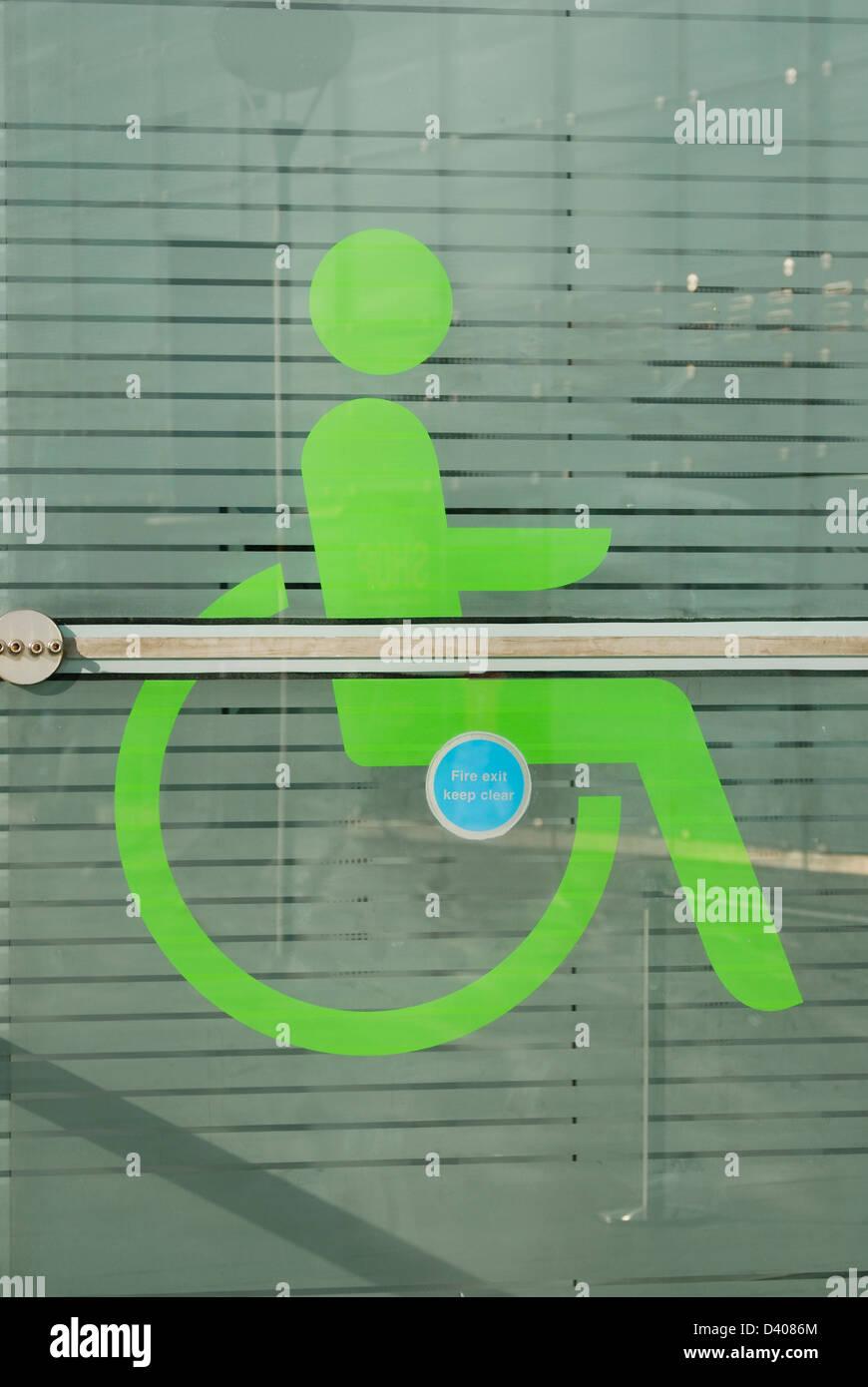 Disabilità segno sulla piastra di facciata in vetro dell'edificio Urbis, Manchester. Immagini Stock