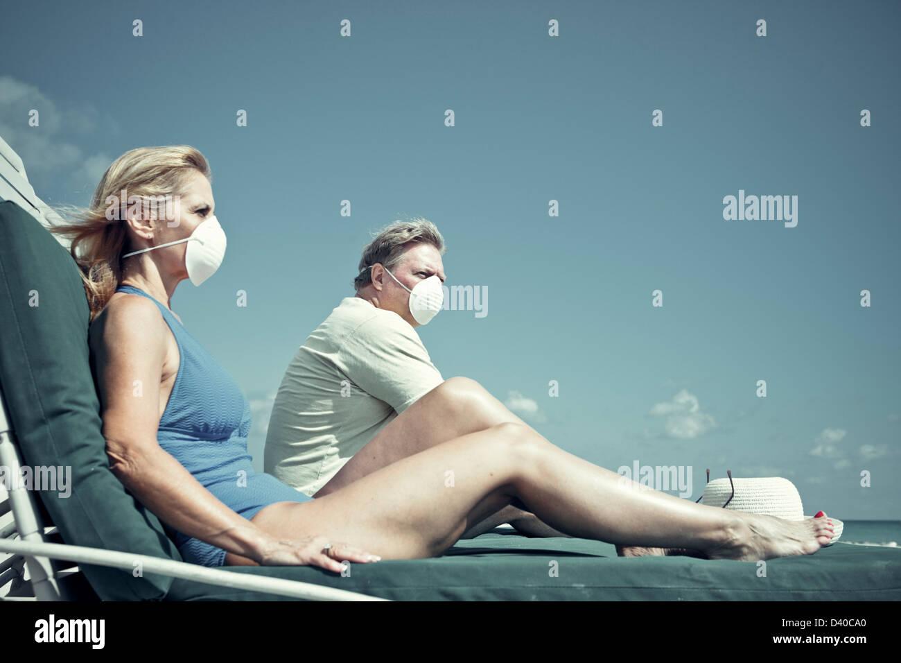 Un concetto foto di inquinamento e di preoccupazioni di salute - un paio di età di pensionamento dover indossare Immagini Stock