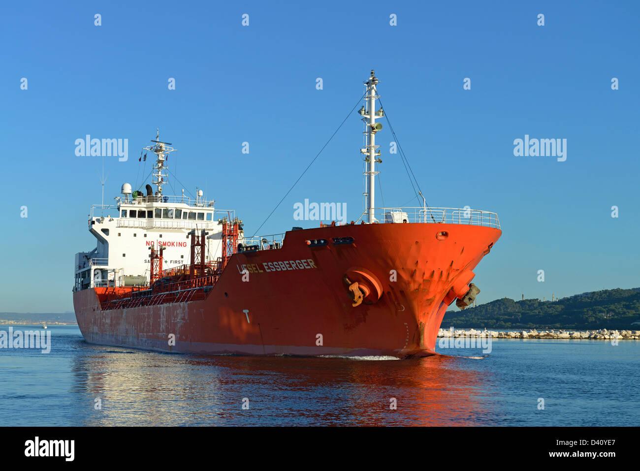 Petroliera in barca, la Liesel Essberger, andando verso il mare Mediterraneo attraverso il Canal de Caronte, Martigues, Immagini Stock