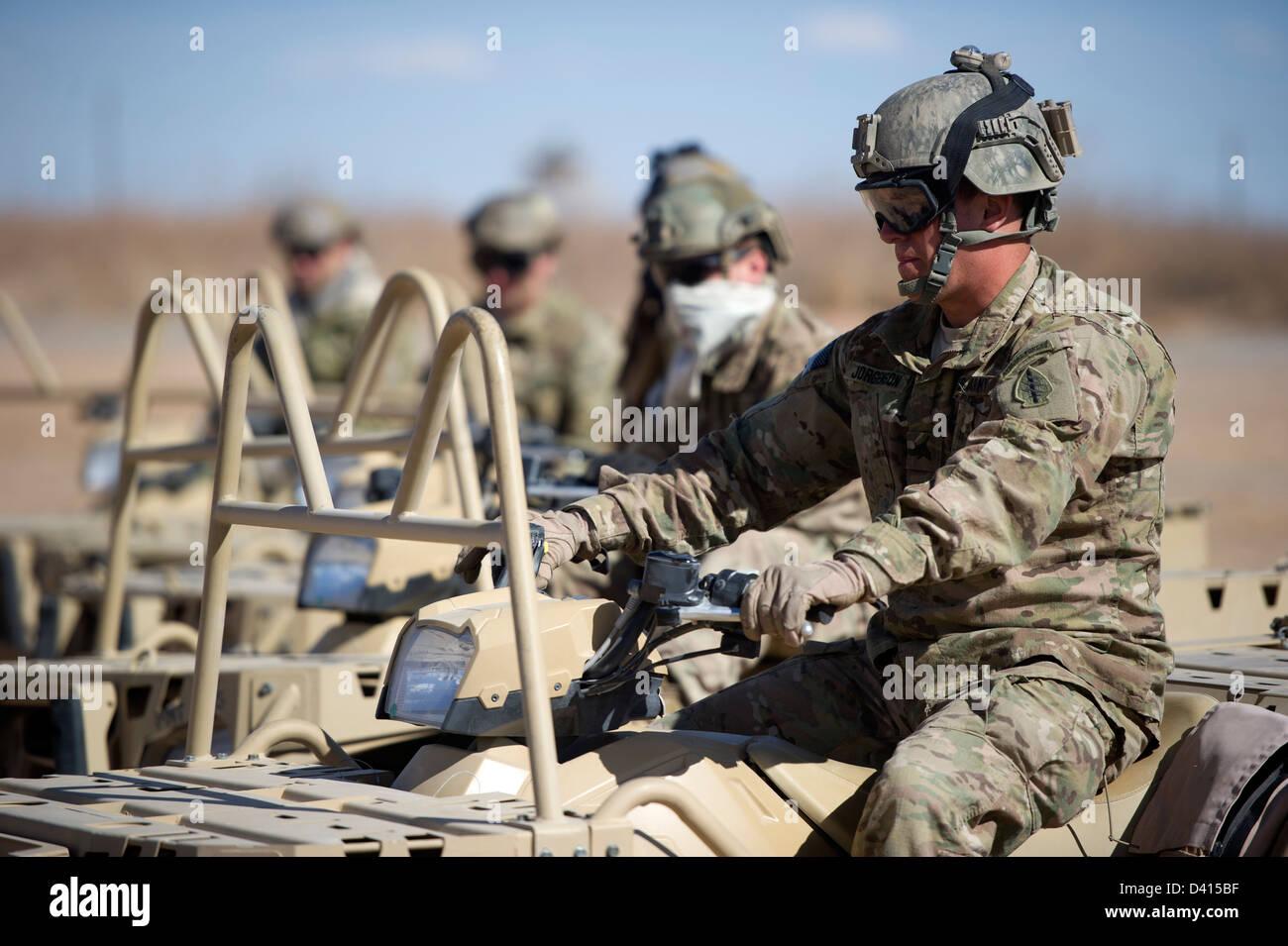 Noi Berretto verde delle forze speciali militari eseguire off-road con  manovre tattiche di luce e088da697ef4