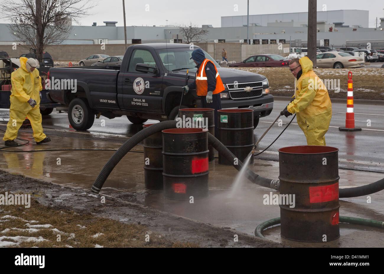Warren, Michigan - Lavoratori pulire fino a pericolose fuoriuscite di materiale sulla spalla di una strada principale. Immagini Stock