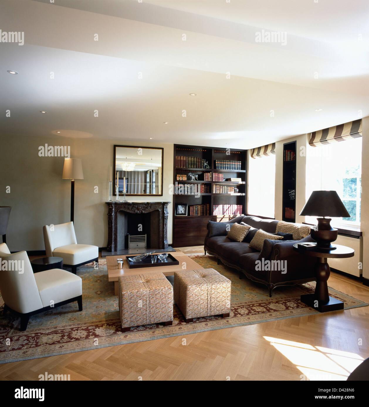 Soggiorno Con Divano Grigio Scuro grigio scuro divano e sedie di pelle bianca con sgabelli