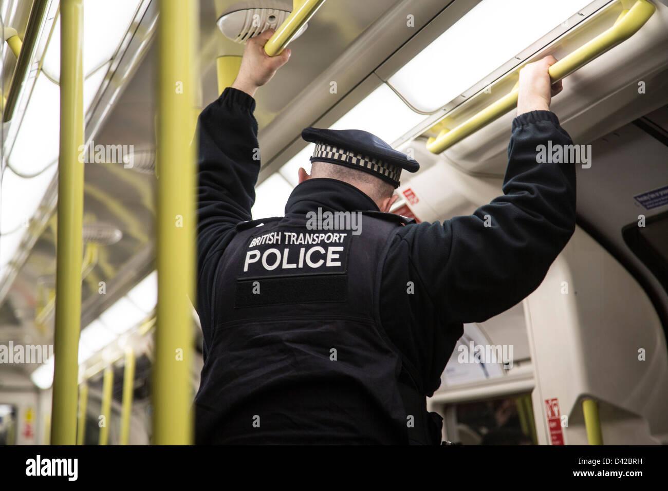 British transport police officer sul tubo stazione metropolitana Immagini Stock