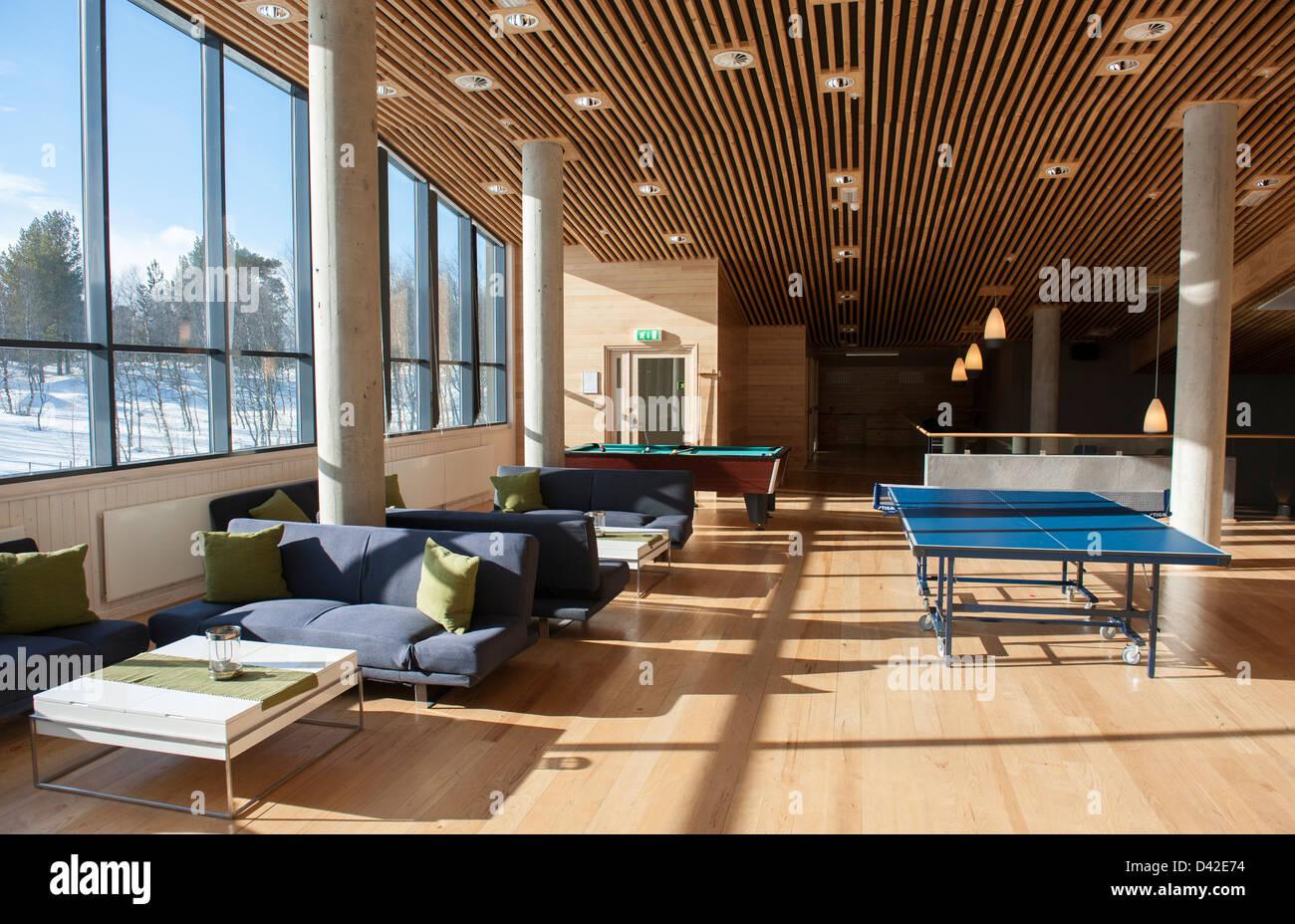 Primo piano con il biliardo, il tennis da tavolo e area lounge a Geilo Kulturkyrkje in Geilo, Hallingdal, Norvegia Immagini Stock