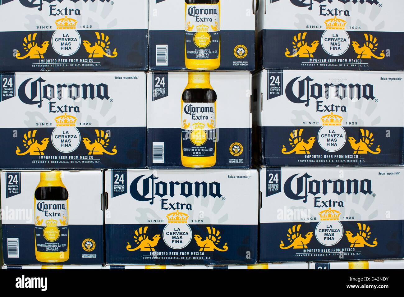 Birra corona sul visualizzatore in corrispondenza di un Costco Wholesale Club magazzino. Immagini Stock