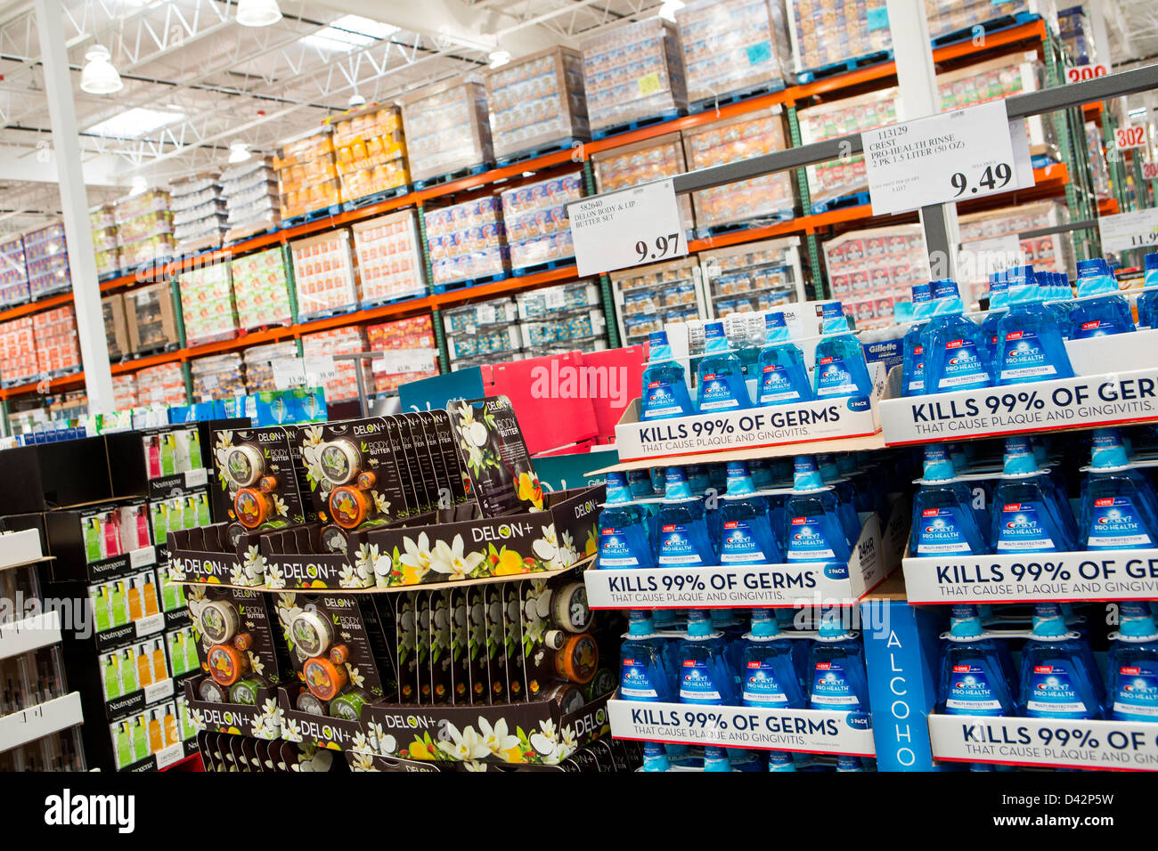 Prodotti sul visualizzatore in corrispondenza di un Costco Wholesale Club magazzino. Immagini Stock