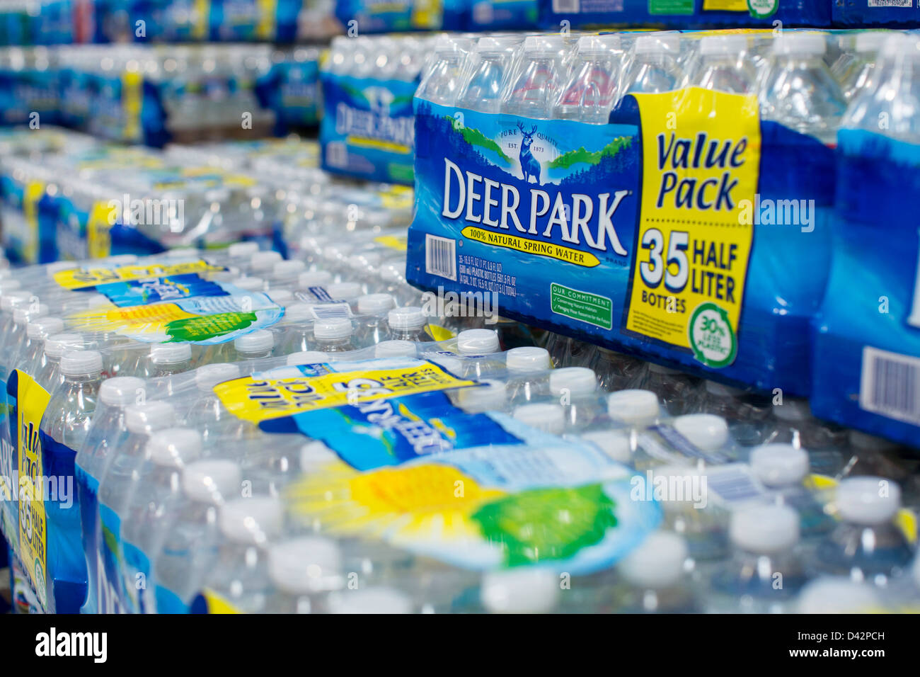 Il Deer Park acqua imbottigliata sul visualizzatore in corrispondenza di un Costco Wholesale Club magazzino. Immagini Stock