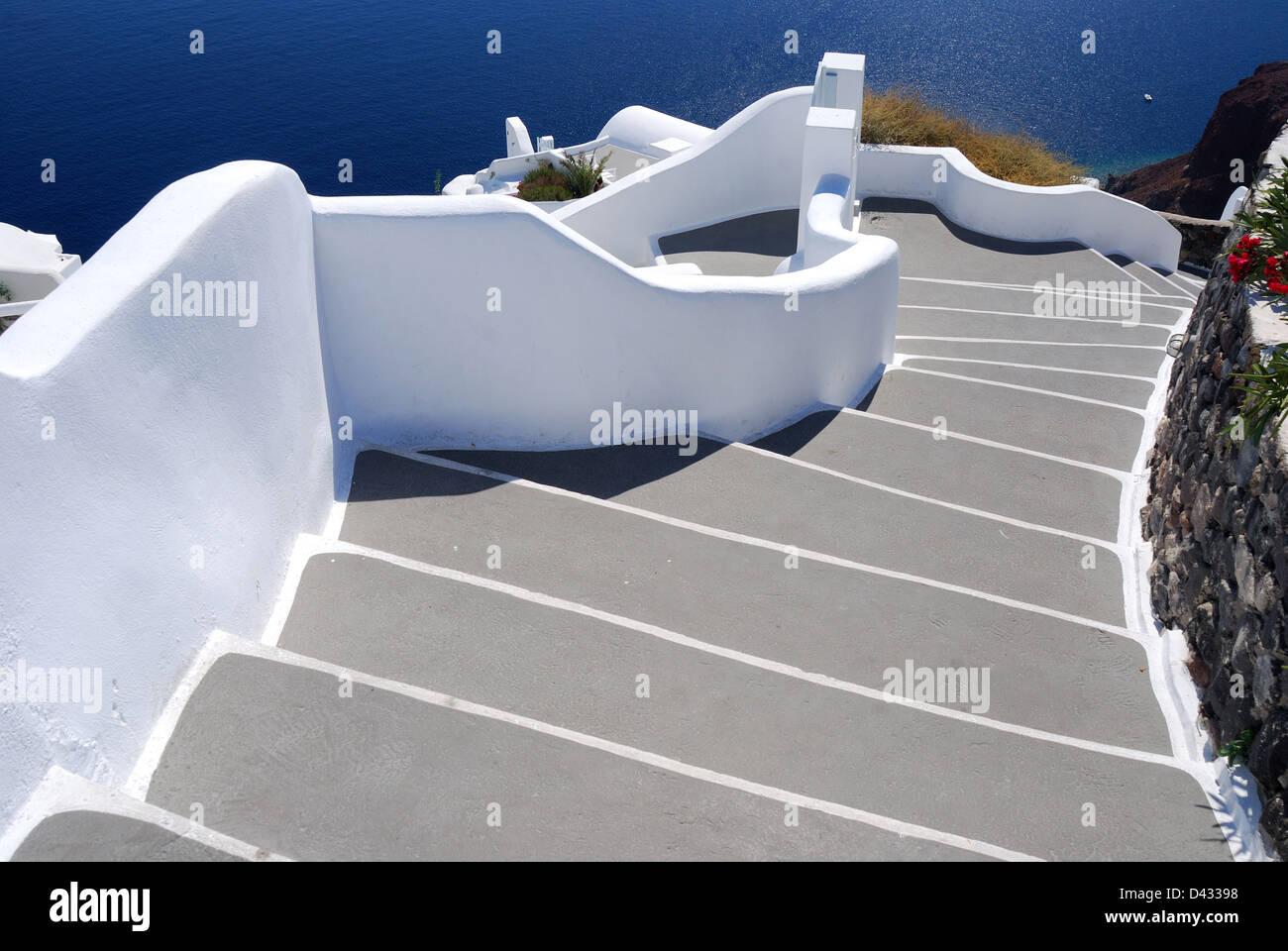 Le scale che portano al mare, Santorini villaggio di Oia, Grecia, una popolare meta turistica per l'architettura. Immagini Stock