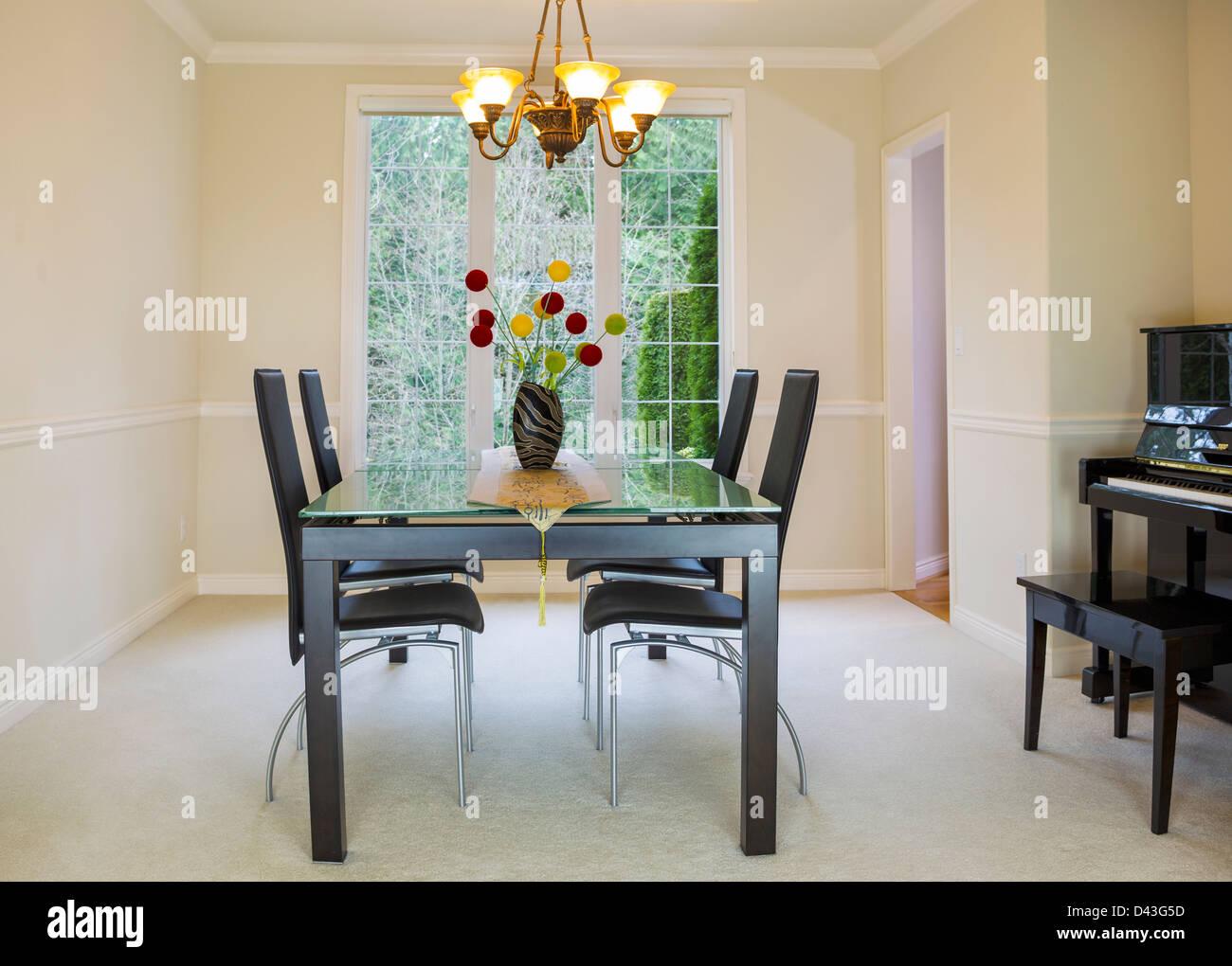 Foto orizzontale della famiglia sala da pranzo formale con luce naturale proveniente dalle grandi finestre in background Immagini Stock