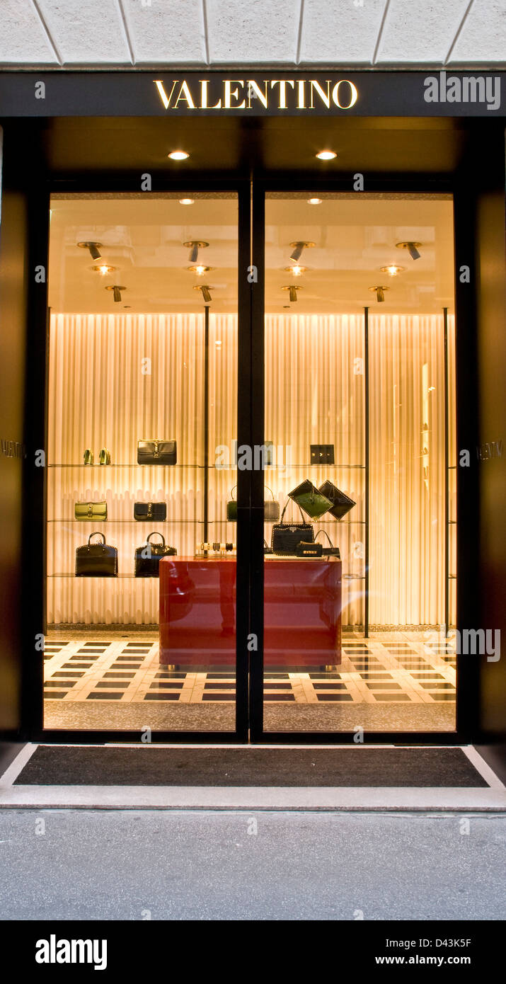 Designer borsette accessori valentino store via for Valentino via turati milano