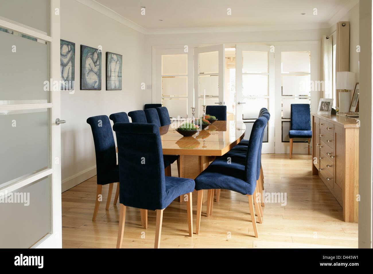 Sportello vetrato aperto alla moderna sala da pranzo con sedie ...