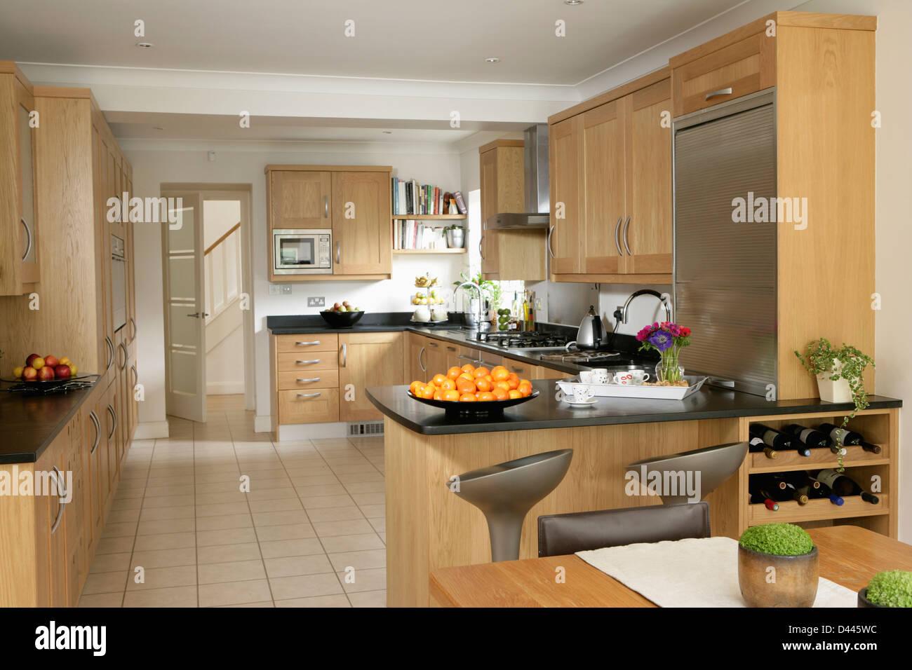 Pavimento piastrellato di bianco nella cucina moderna con legno ...