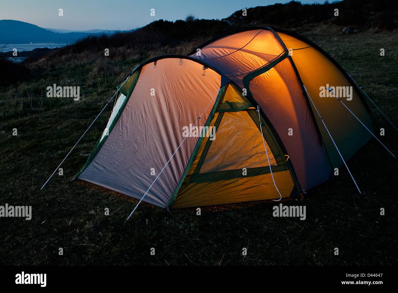 Tenda Nylon impostato per una vacanza in campeggio a grande all'aperto pronto per una bella notte sotto le stelle Immagini Stock