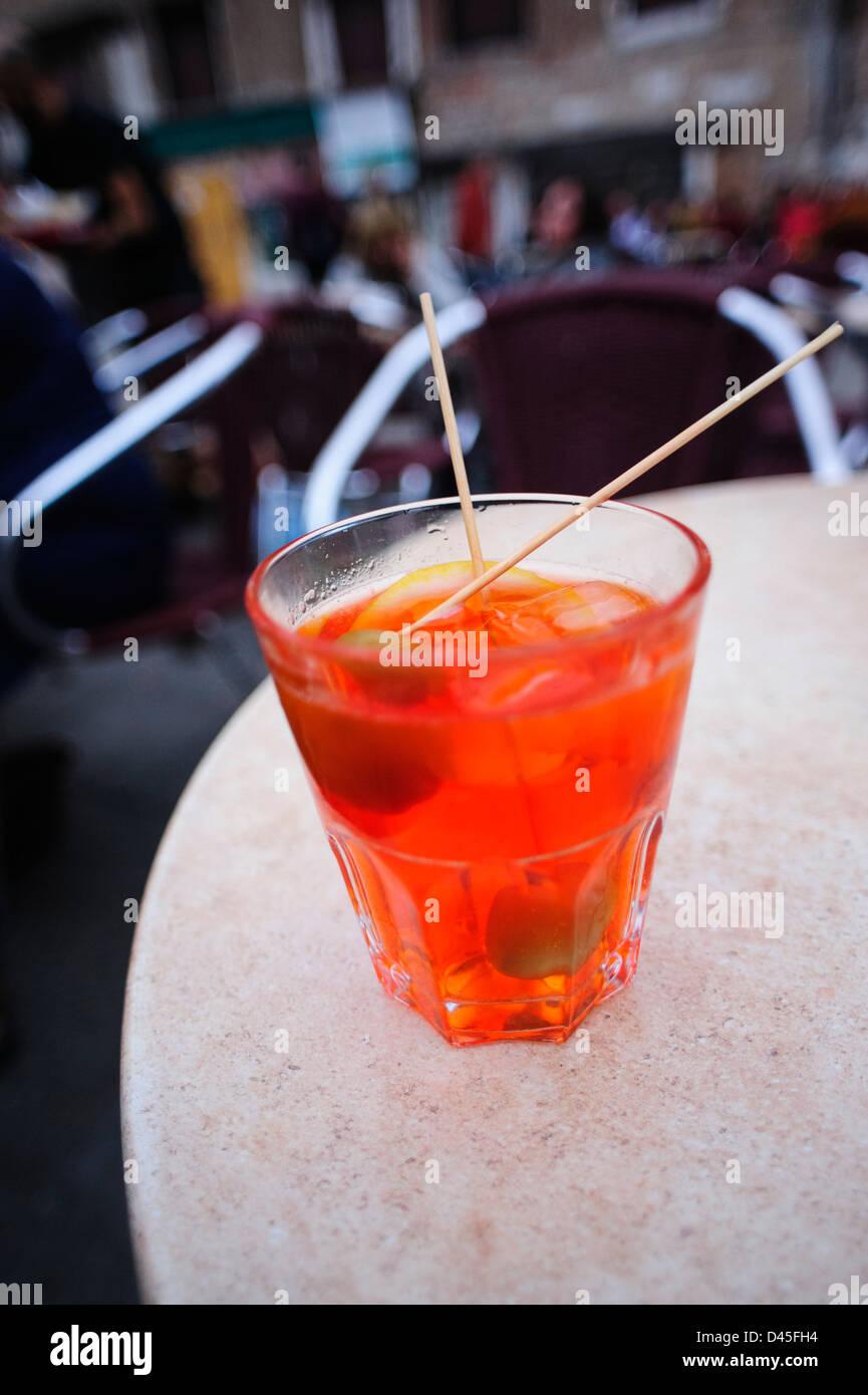 Un bicchiere di Spritz Aperol aperitivo. Immagini Stock