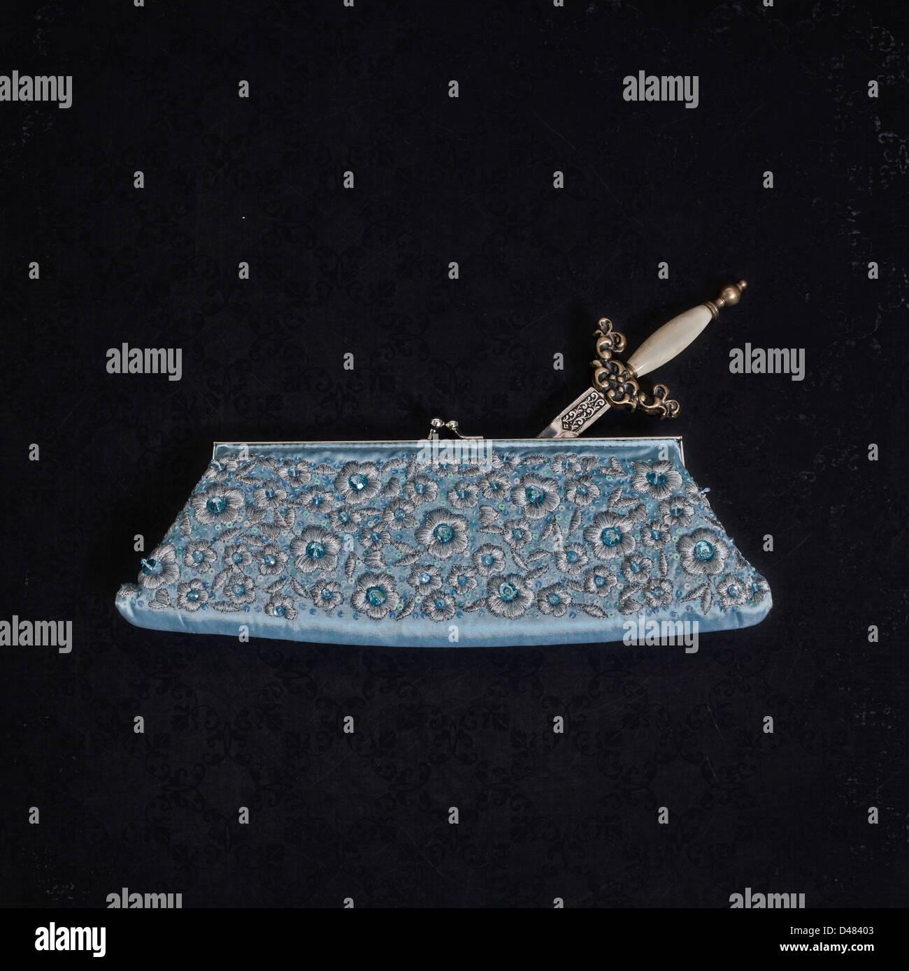 Un pugnale in un elegante borsetta Immagini Stock