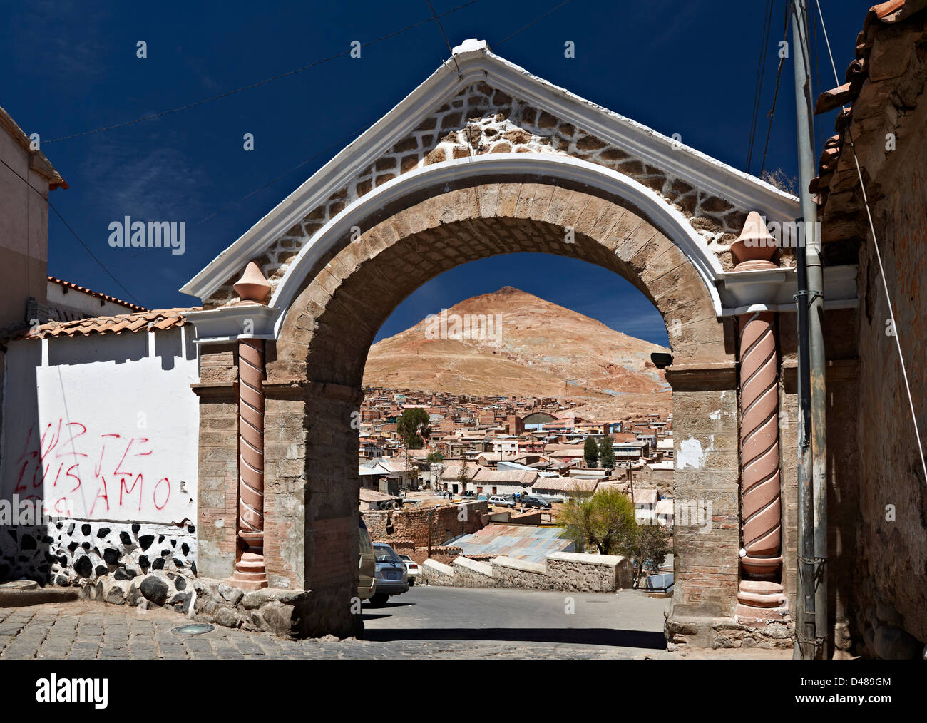Arco de Cobija con argento montagna Cerro Rico, Potosi, Bolivia, Sud America Immagini Stock