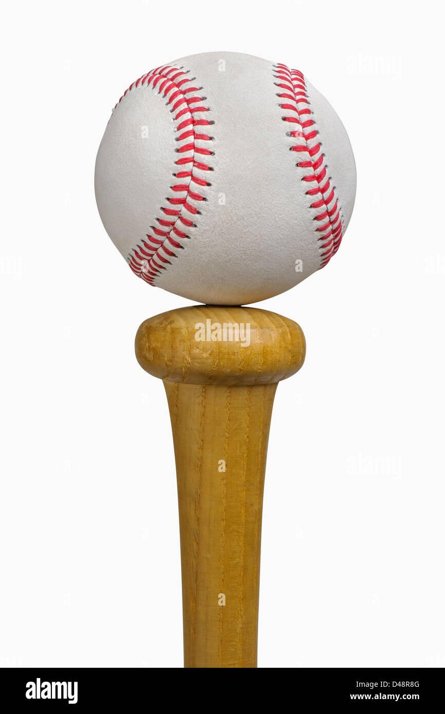 Bilanciamento del baseball sulle BAT, isolato su bianco, include il tracciato di ritaglio Immagini Stock