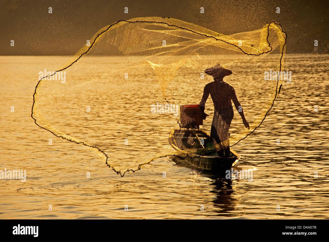 Fisherman tossing net sul fiume Mekong a Luang Prabang, Laos Immagini Stock