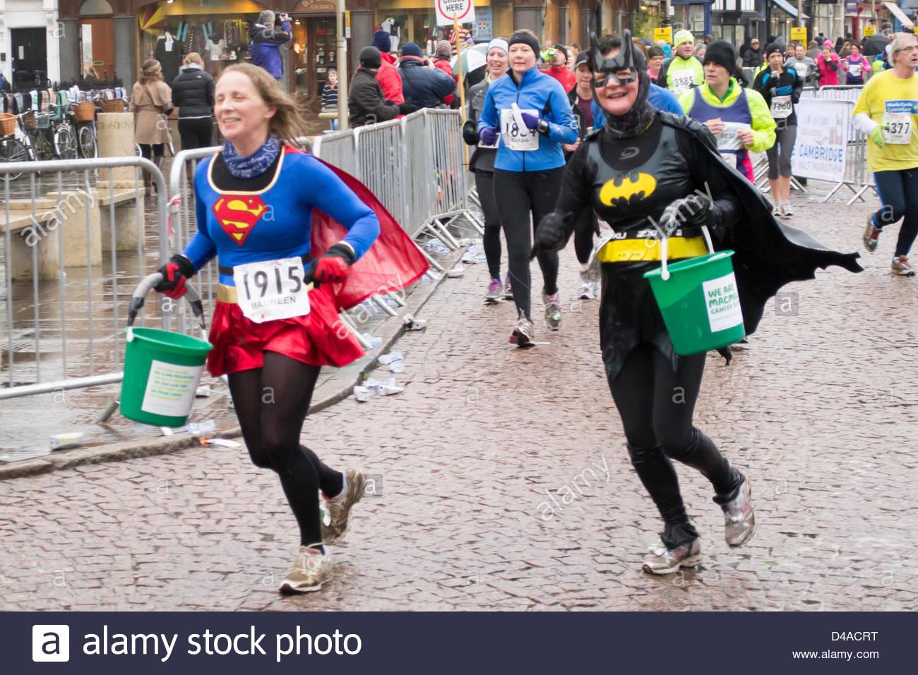 Cambridge, Regno Unito. 10 marzo, 2013. Due super-eroi in costume prendendo parte al Cambridge mezza maratona a Immagini Stock