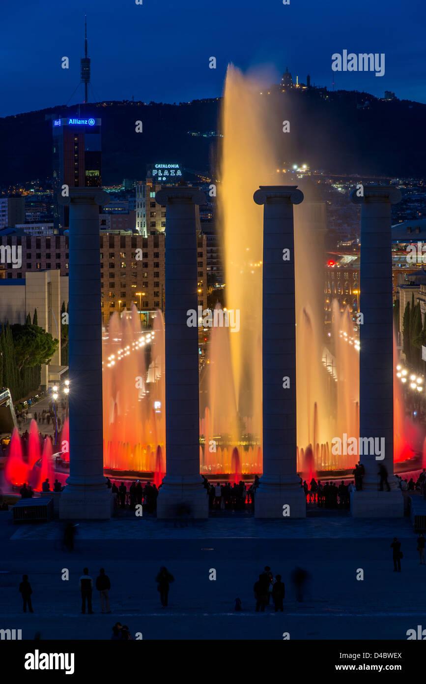 Font Magica o la Fontana Magica con lo skyline della città in background, Barcellona, in Catalogna, Spagna Immagini Stock