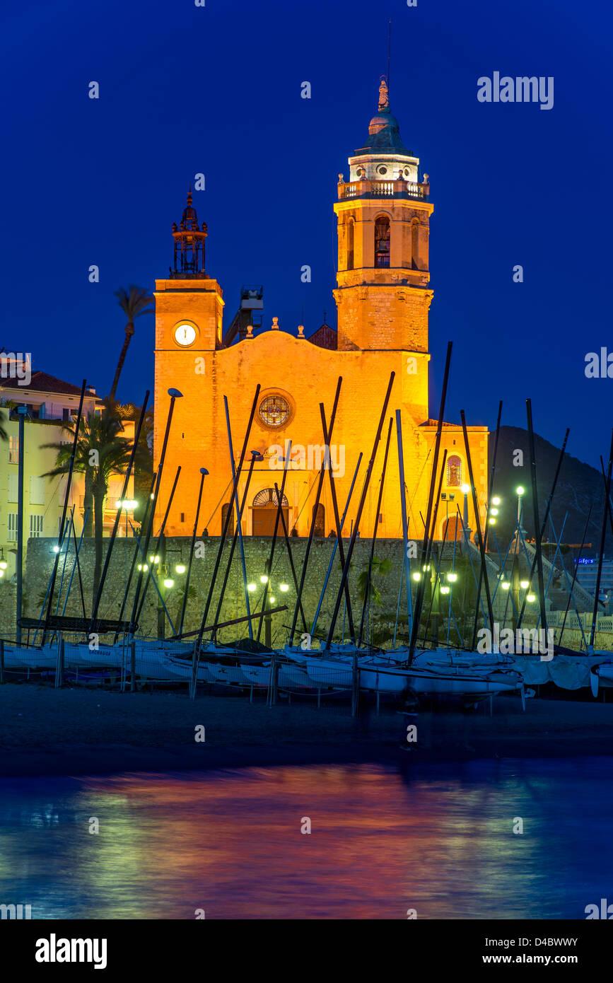 Vista notturna della chiesa di Sant Bartolom i Santa Tecla, Sitges, Catalogna, Spagna Foto Stock