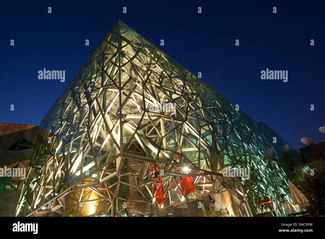 Architettura di Federation Square di notte. Melbourne, Victoria, Australia Immagini Stock