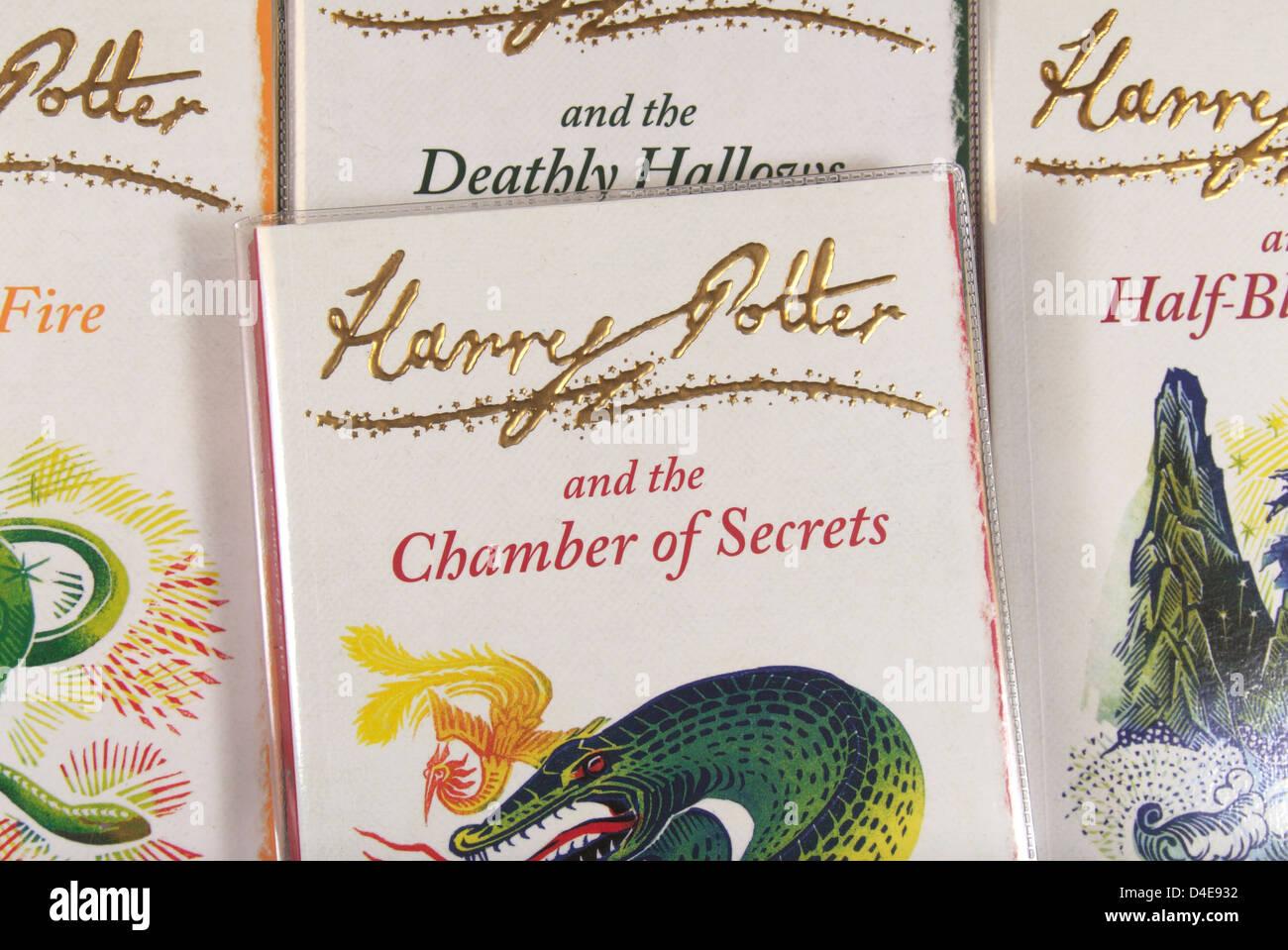 """La copertina del libro di """"Harry Potter e la Camera dei Segreti"""" da JK Rowling seduto su altri libri della Immagini Stock"""