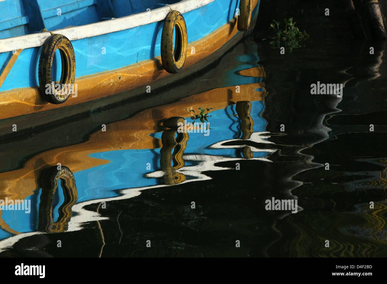 La riflessione della barca di Alleppey India Immagini Stock
