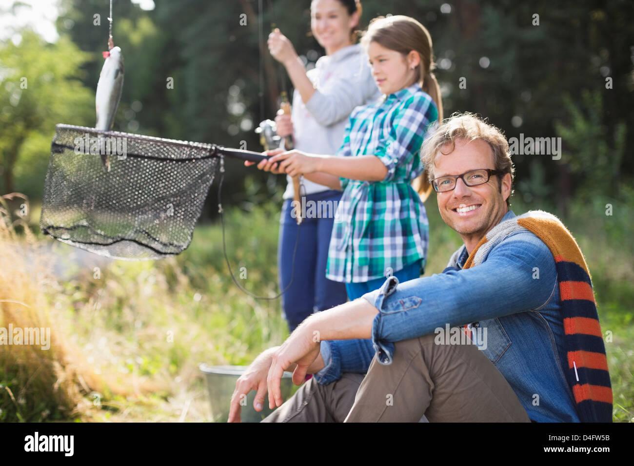 Famiglia insieme di pesca in erba alta Foto Stock