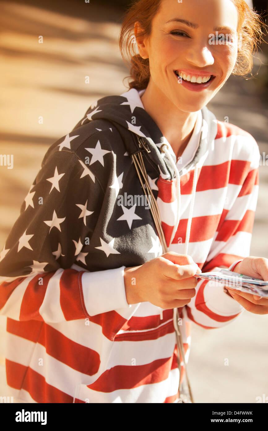 Donna che indossa bandiera americana felpa Immagini Stock
