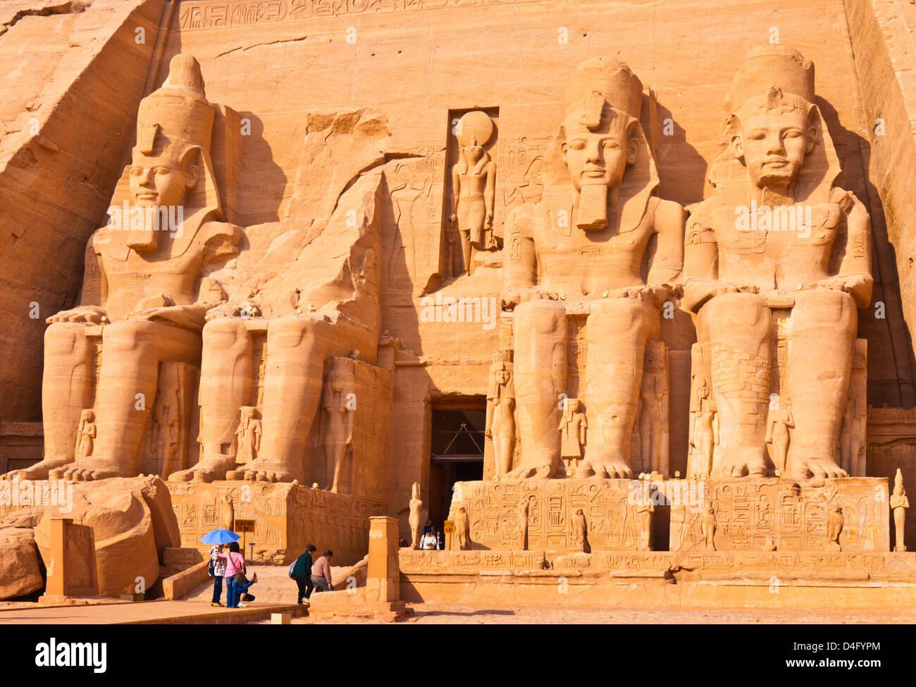 Turisti di viaggi al di fuori dell'ingresso del Grande Tempio di Ramses II Abu Simbel Aswan Egitto Medio Oriente Immagini Stock