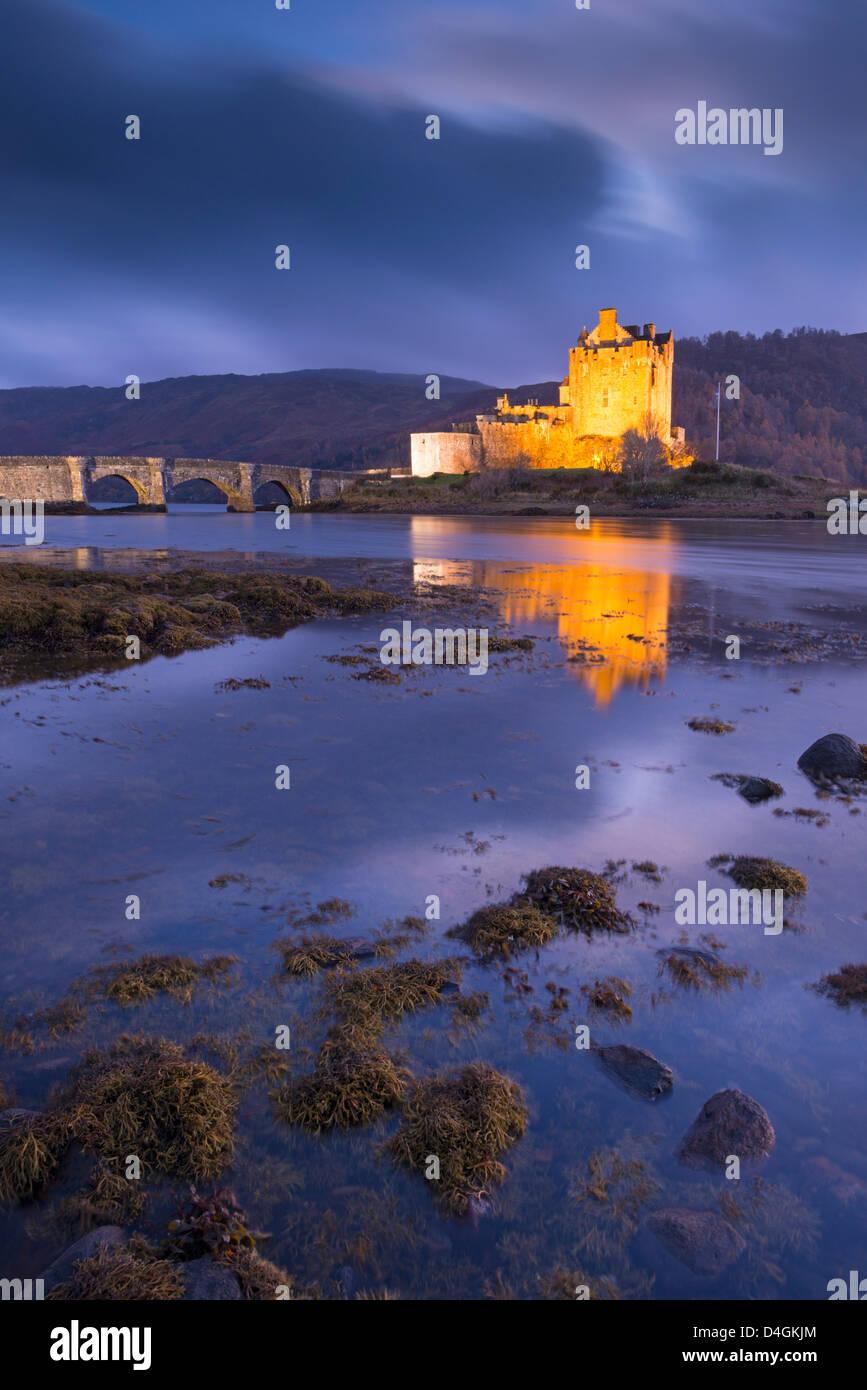 Eilean Donan Castle sul Loch Duich al crepuscolo, Highlands Occidentali, Scozia. In autunno (novembre 2012). Immagini Stock
