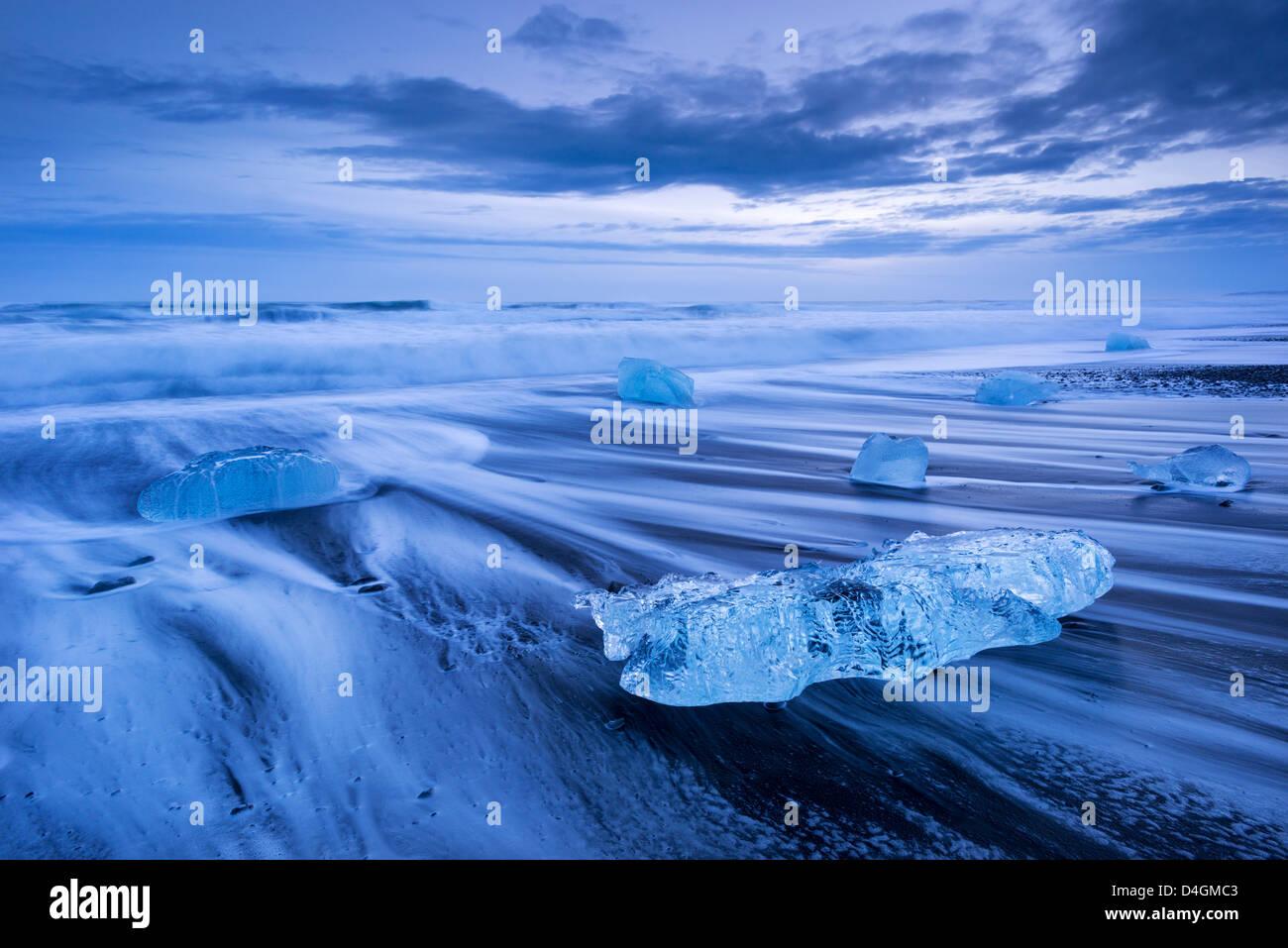 Ghiaccio e onde sulla spiaggia di Jokulsarlon, Sud dell'Islanda. Inverno (gennaio) 2013. Immagini Stock