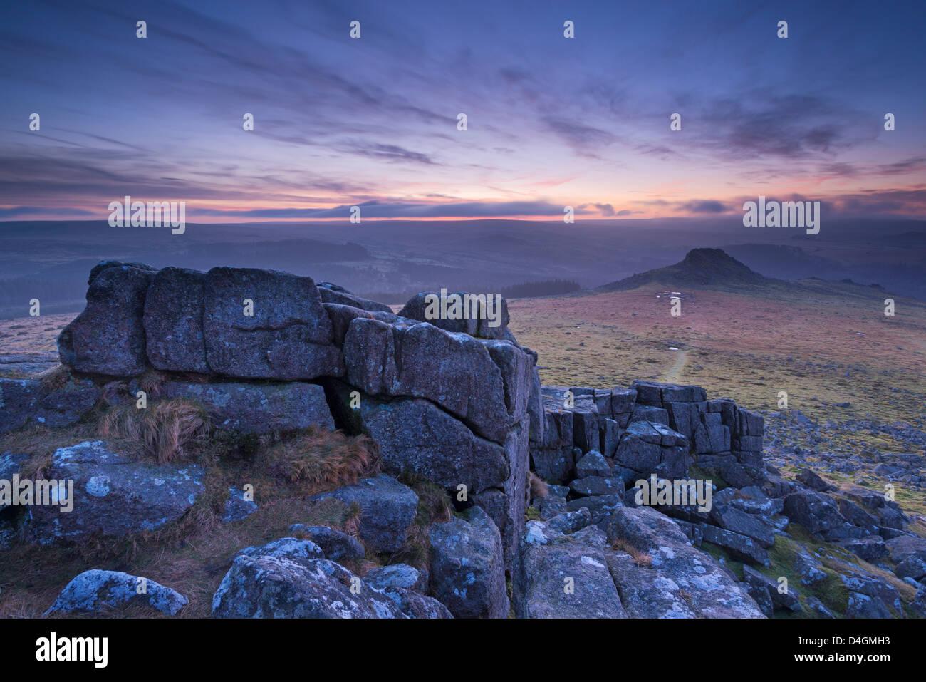 Vista verso la pelle da Tor Sharpitor all'alba, Parco Nazionale di Dartmoor, Devon, Inghilterra. Inverno (febbraio) Immagini Stock