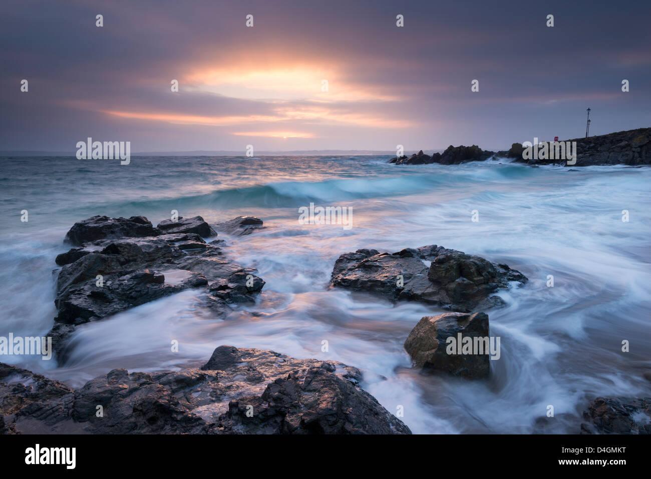 Sunrise a Porthgwidden Beach di St Ives, Cornwall, Inghilterra. Inverno (Marzo) 2013. Immagini Stock