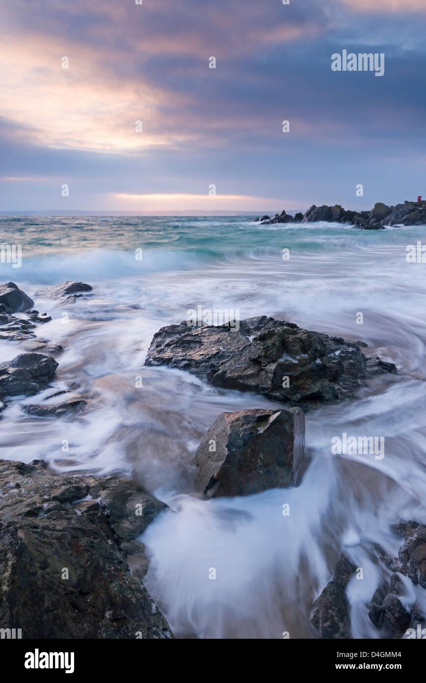 Sunrise a Porthgwidden Beach di St Ives, Cornwall, Inghilterra. Inverno (Marzo) 2013 Immagini Stock