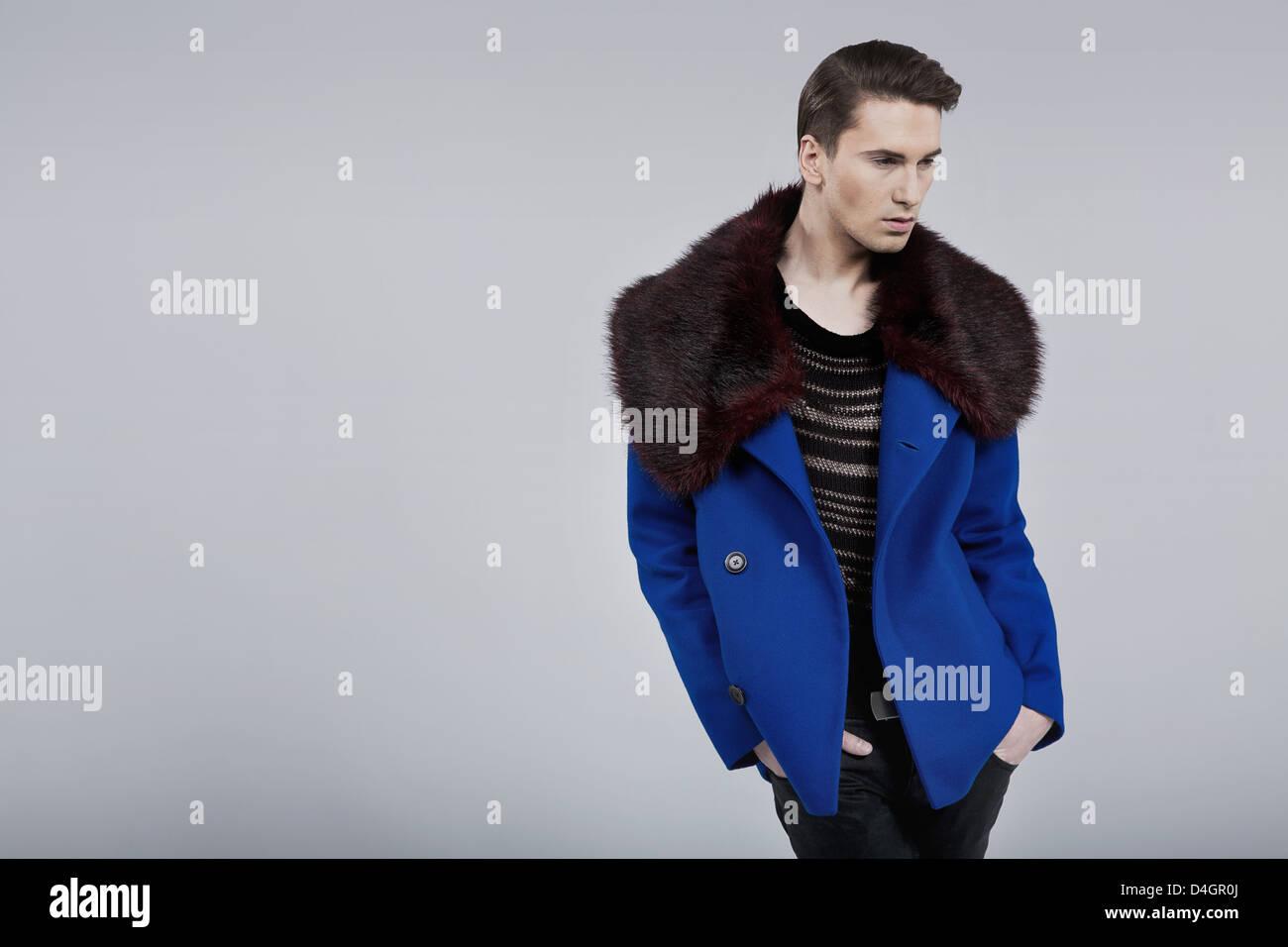 Bel ragazzo vestito in primavera cappotto di moda Immagini Stock