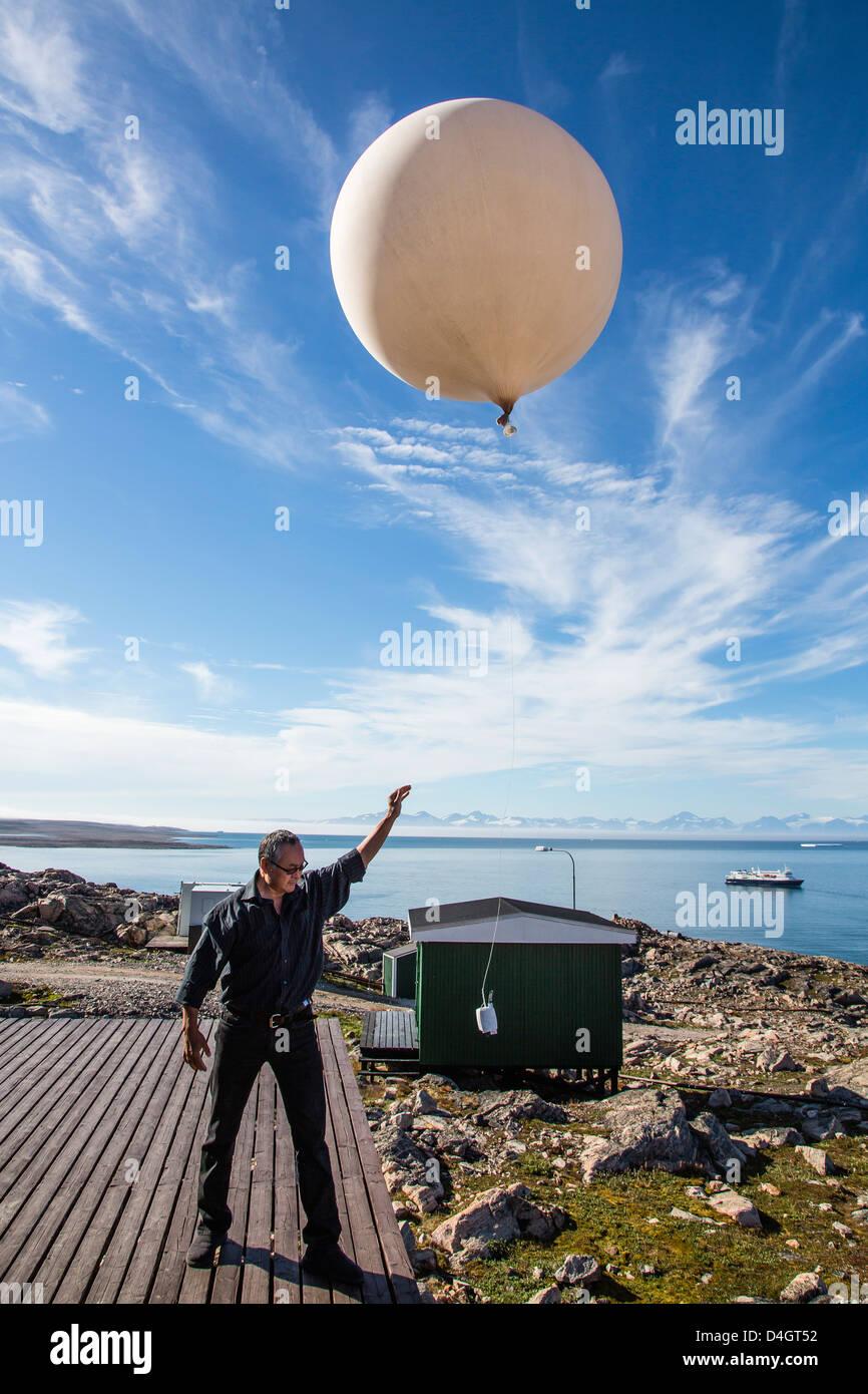 Villaggio Inuit, palloncino meteo lancio, Ittoqqortoormiit, Scoresbysund, a nord-est della Groenlandia, regioni Immagini Stock